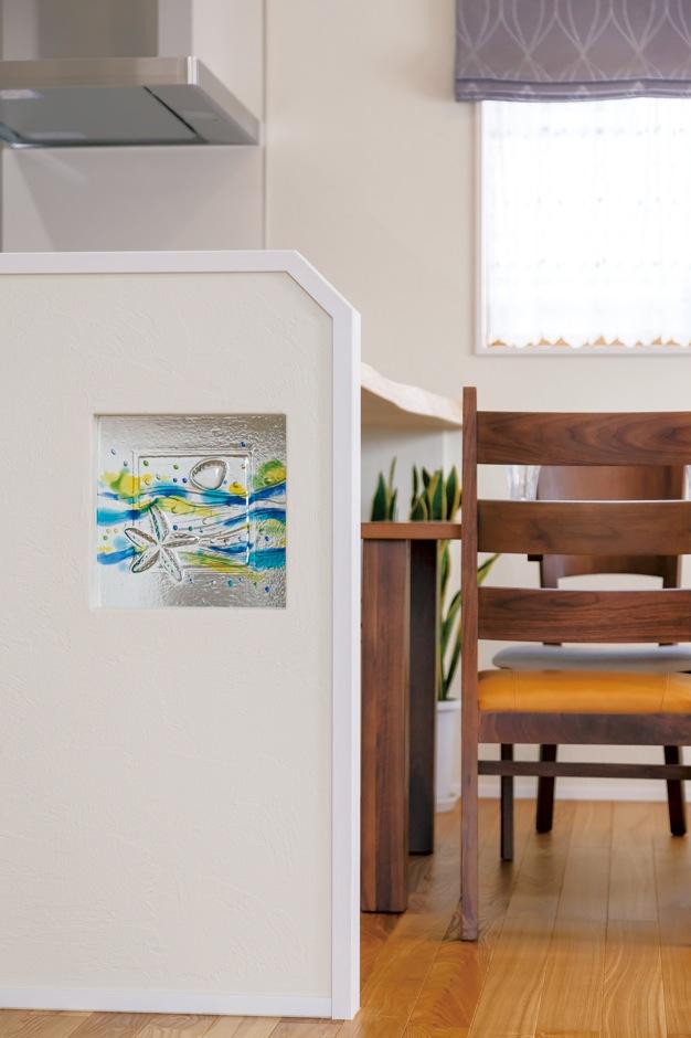 住まいるコーポレーション【デザイン住宅、省エネ、インテリア】キッチンカウンターの腰壁の部分には創作ガラスが埋め込んである。朝食時にはガラスが朝の光にきらめいて、感性豊かなひとときを演出する