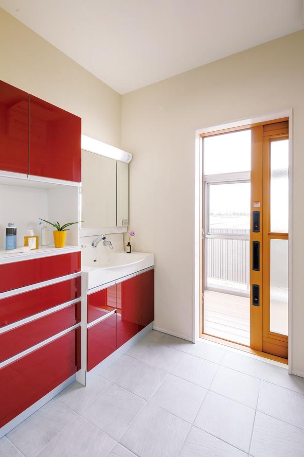 住まいるコーポレーション【デザイン住宅、省エネ、インテリア】洗面コーナーにはキッチンとお揃いのワインレッドの洗面台をコーディネート。掃出し窓の先には物干し用のサンルームがあり、洗濯動線がとっても便利!