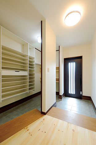 住まいるコーポレーション【和風、二世帯住宅、自然素材】玄関の上り框(かまち)にはタモ無垢材の耳付板を使いオシャレにデザイン。二世帯のため、シューズクロークにはたくさんのくつ棚を設置。壁は調湿性に優れた珪藻土で、靴のいやな臭いも吸着分解してくれる。荷物を置ける可動棚も便利!