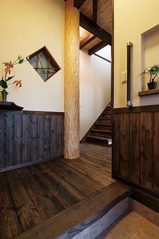 住まいるコーポレーション【和風、自然素材、夫婦で暮らす】玄関の正面に立つのは天然絞りのスギ丸太。幹を絞ったかのような縦じわが特徴