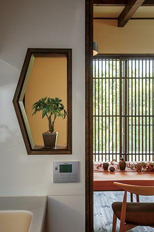 住まいるコーポレーション【和風、自然素材、夫婦で暮らす】壁面の小窓は奥さまがキッチンで料理を作りながらテレビが見られるように設けたもの