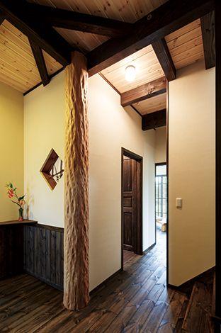 住まいるコーポレーション【和風、自然素材、夫婦で暮らす】竹窓は50年前に奥さまのご祖父が製作したもの。古材が古民家風の空間をより味わい深く演出