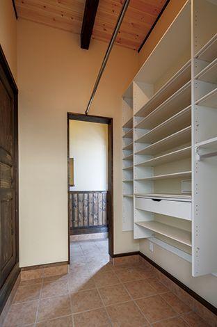 住まいるコーポレーション【和風、自然素材、夫婦で暮らす】しまう物に合わせて棚を設けた機能的なシューズクローク