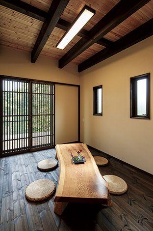 住まいるコーポレーション【和風、自然素材、夫婦で暮らす】格子の窓辺にはテーブルを置いて寛ぎのシーンを演出