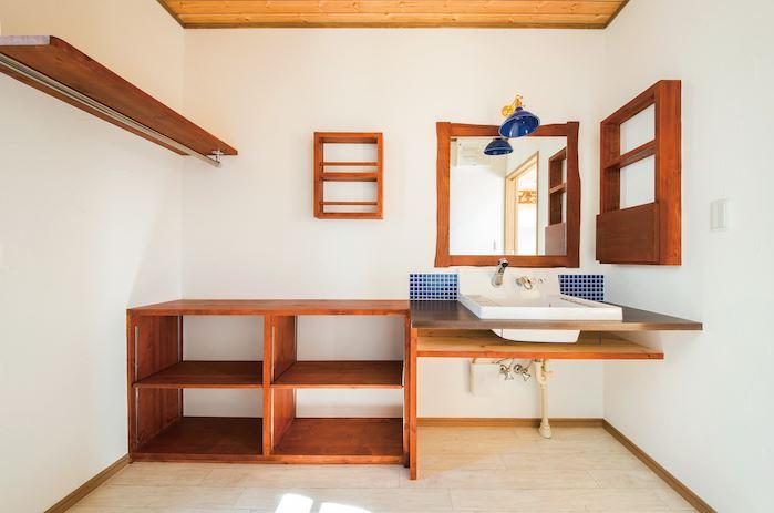 住まいるコーポレーション【デザイン住宅、自然素材、省エネ】造作の洗面台。L字型の棚は室内干し用のパイプ付き