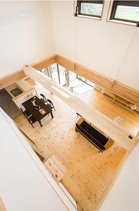 住まいるコーポレーション【デザイン住宅、自然素材、省エネ】2階から眺めたLDK。パインの床の木目やクロマツの梁など、無垢の温かみと柔らかな質感に心が癒される