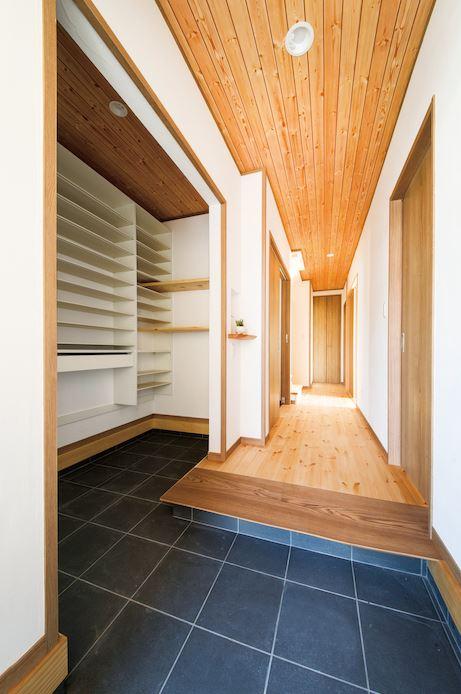 住まいるコーポレーション【デザイン住宅、自然素材、省エネ】シューズクローク付きの玄関。使い勝手に合わせた収納で出し入れがラクラク