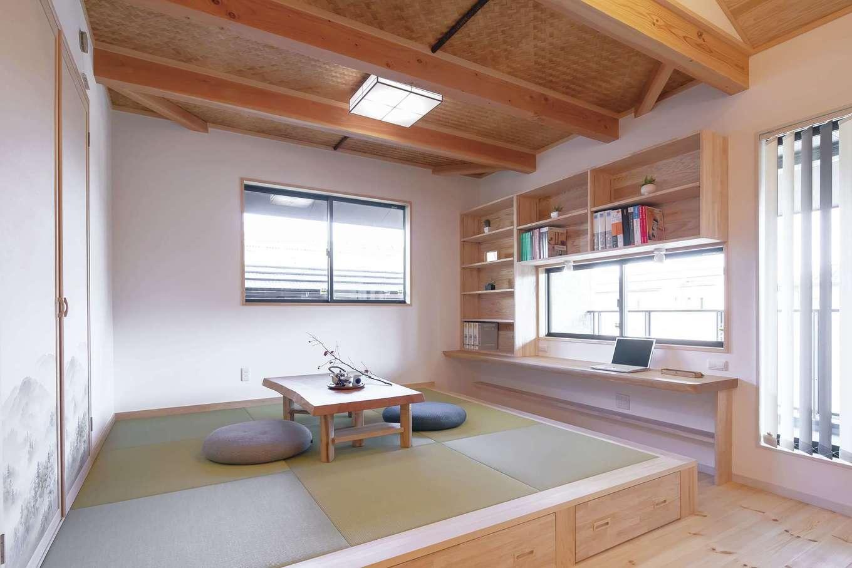 住まいるコーポレーション【自然素材、夫婦で暮らす、間取り】2階LDKの小上がりの隣には子どものスタディコーナーを配置。書棚もたっぷり確保した。小上がりの床下の引出しもいろいろものをしまえて便利