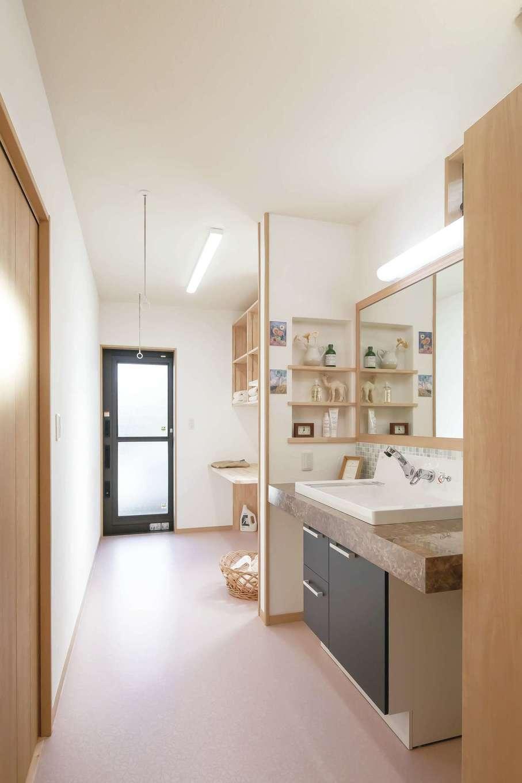 住まいるコーポレーション【自然素材、夫婦で暮らす、間取り】1・2階とも浴室・洗面と室内干しや家事カウンター付きのランドリーを一列に配置。外につながる勝手口も付けてあり家事がラクラク。音の問題や配管を考慮して、上下階の水回りを同じ位置に配置した