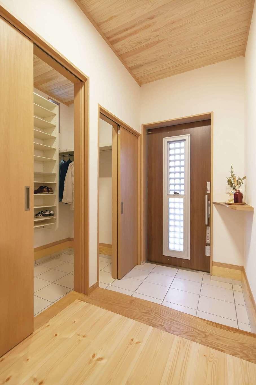 住まいるコーポレーション【自然素材、夫婦で暮らす、間取り】玄関には2世帯分の靴や荷物が入る大容量のシューズクロークを設置