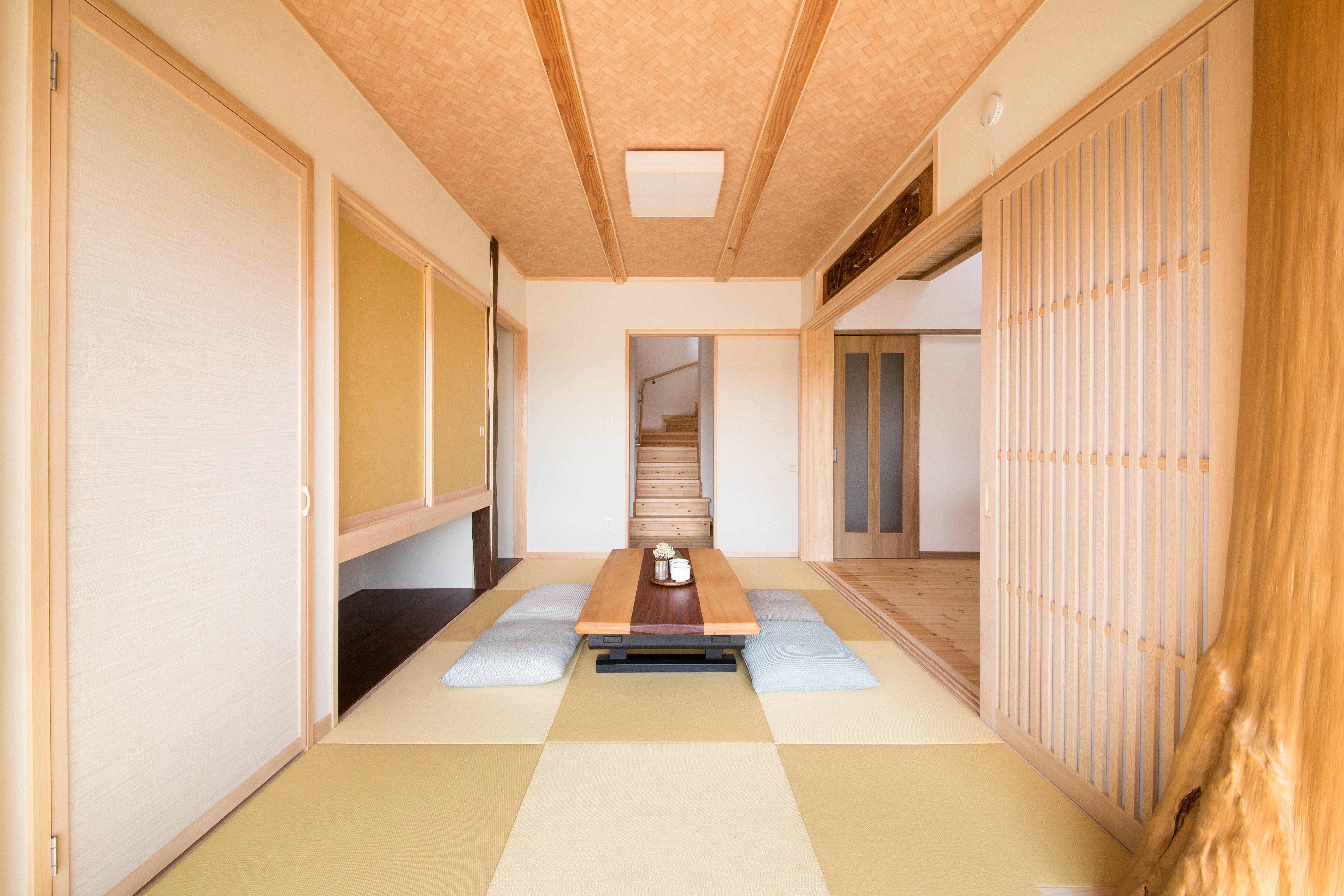 住まいるコーポレーション【デザイン住宅、自然素材、省エネ】奥さまが選んだ欄間やエンジュの床柱、格子戸が本格的な和空間を演出