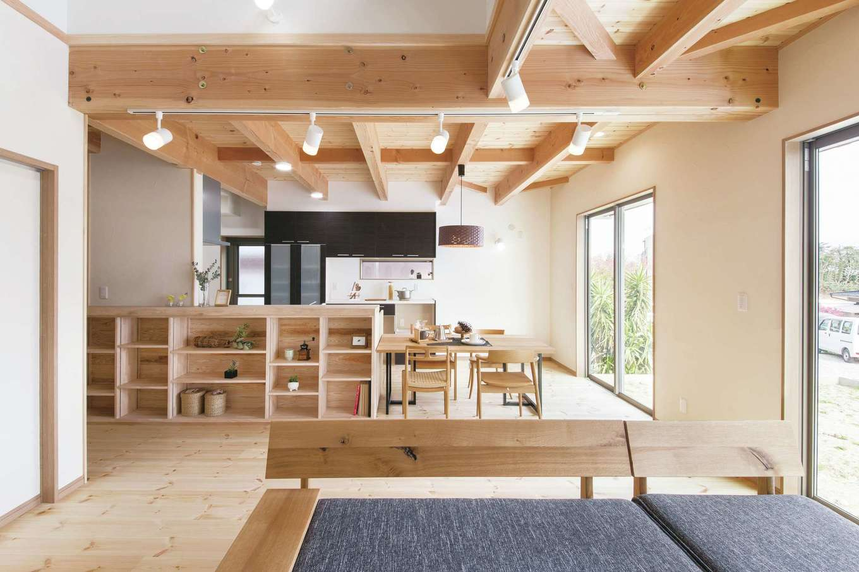 住まいるコーポレーション【デザイン住宅、自然素材、間取り】パインの無垢の床と珪藻土の壁が心地よさをおりなすLDK。リビングのサイドにはファミリークローゼットがあり、帰宅後にすぐ着替えができるだけでなく、洗濯の動線も便利