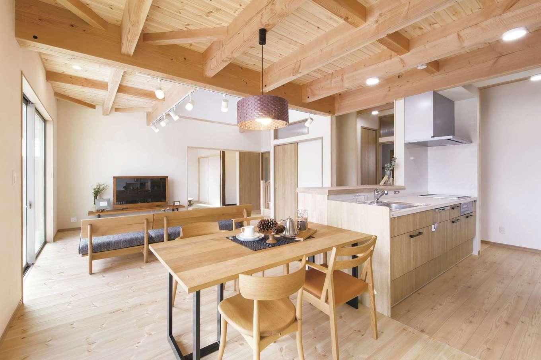 住まいるコーポレーション【デザイン住宅、自然素材、間取り】アイランドキッチンとテーブルを一列に並べてあるので、配膳や片付けがラクラク。キッチンを中心にぐるりと回れる動線を確保でき、家事の効率もアップ