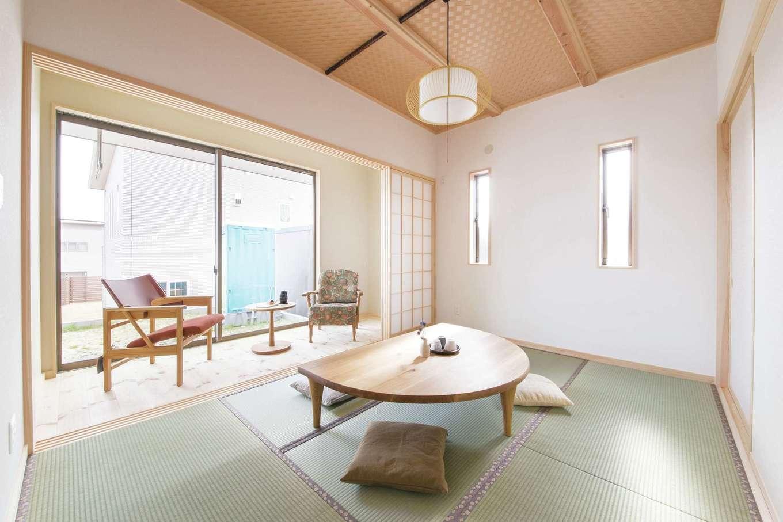 住まいるコーポレーション【デザイン住宅、自然素材、間取り】4畳の広縁付きの和室。晴れた日には洗濯物をデッキに干し、雨の日には広縁に室内干しができる。乾いたら和室でたたみ、LDKのファミリークロークへサッとしまって動線を短縮!