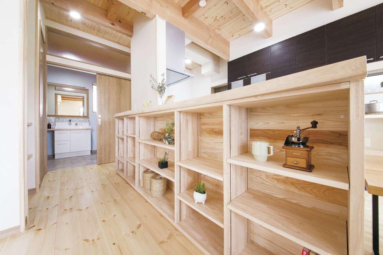 住まいるコーポレーション【デザイン住宅、自然素材、間取り】ダイニングのカウンターの下には、「見せる収納」をたっぷり確保し、お気に入りの器や小物をディスプレイ。奥には水回りを配置し、家事動線を短縮