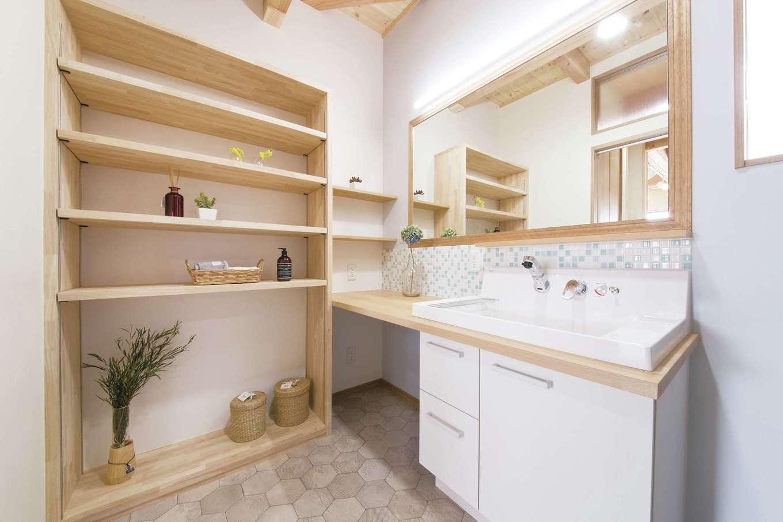 住まいるコーポレーション【デザイン住宅、自然素材、間取り】造作の洗面スペースは、奥さまのお気に入りのモザイクタイルと大きな鏡でオシャレに演出。収納棚にはタオルや下着類をすっきりと収納できる