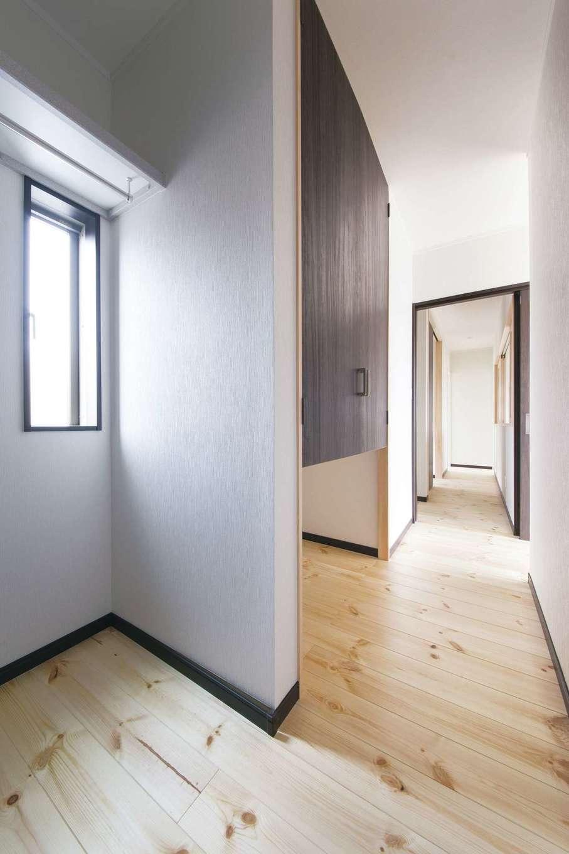 住まいるコーポレーション【デザイン住宅、自然素材、間取り】2階も実際の生活パターンをシミュレーションして動線をしっかり考慮。寝室のウォークインクローゼットには廊下から直接出入でき、着替えや荷物の持ち運びが便利