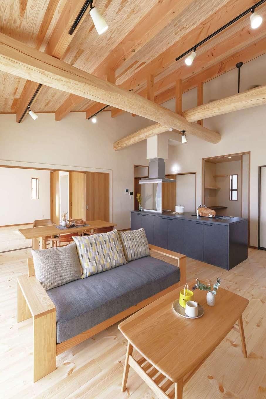 住まいるコーポレーション【デザイン住宅、自然素材、夫婦で暮らす】勾配天井が圧倒的な開放感をもたらすLDK。リビングの奥は寝室で、引き戸で仕切って利用できる。室内の床は厚さ30ミリのパイン材。珪藻土との相乗効果で、室内の湿度を年中適切にキープする