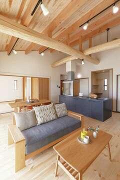 勾配天井が圧倒的な開放感をもたらす平屋の無垢の家