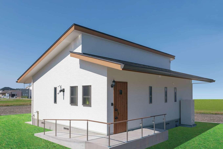 住まいるコーポレーション【デザイン住宅、自然素材、夫婦で暮らす】屋根の形状がモダンな平屋の外観。玄関ポーチにはスロープを設けてある