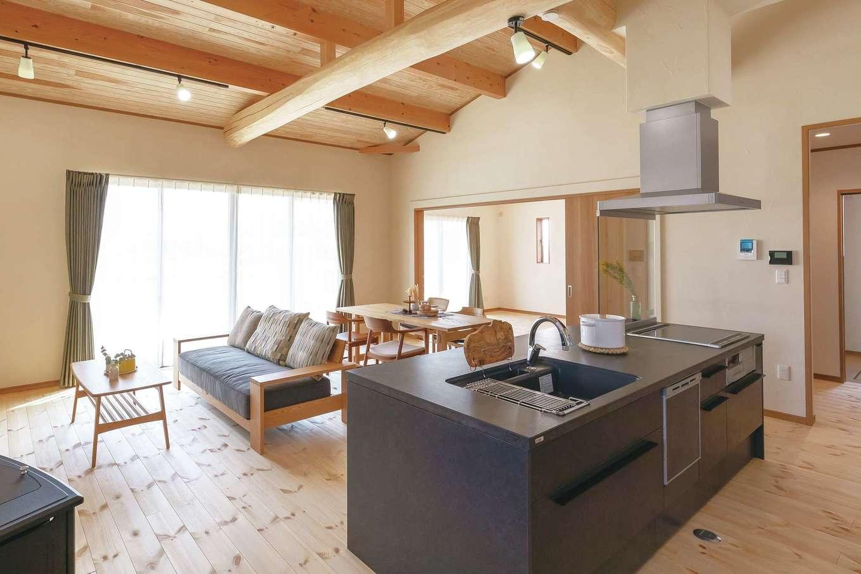 住まいるコーポレーション【デザイン住宅、自然素材、夫婦で暮らす】奥さまのこだわりのアイランドキッチン。ホームパーティをするときも色々な方向から手を出せるので、みんなで一緒にクッキングを楽しめる。キッチンの両側に収納スペースがあり、目的別にモノをしまえて便利