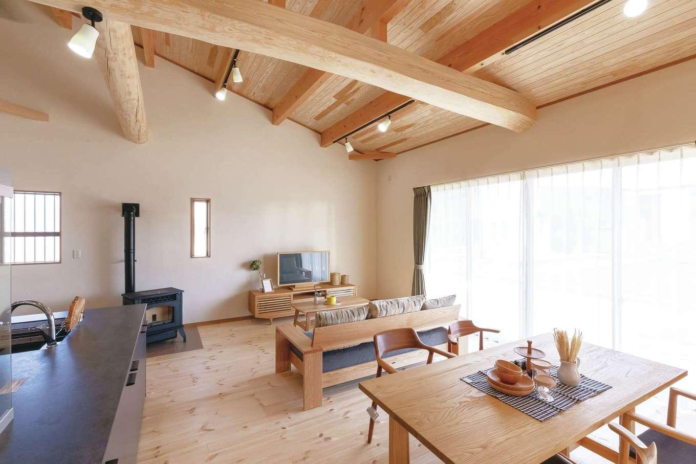 住まいるコーポレーション【デザイン住宅、自然素材、夫婦で暮らす】リビング南面には掃出し窓を広く設けてあり、年中明るい日射しが注ぐ