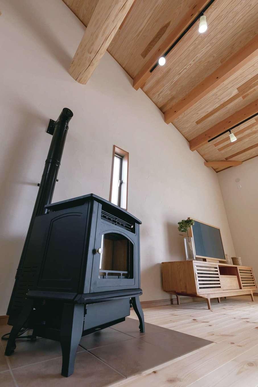 住まいるコーポレーション【デザイン住宅、自然素材、夫婦で暮らす】冬に家中を心地よい暖かさで包み込むペレットストーブはインテリア・アクセントとしても活躍。タイル貼りの床もオシャレ!