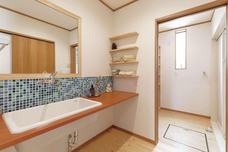 住まいるコーポレーション【デザイン住宅、自然素材、夫婦で暮らす】洗面スペースと奥の脱衣場はスペースを広々と確保。シンクも鏡もビッグサイズで使いやすさが抜群