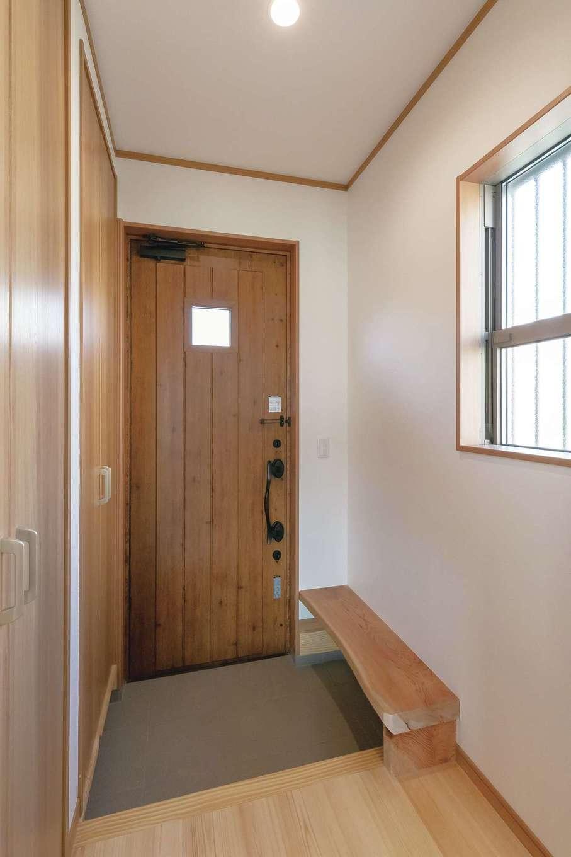 住まいるコーポレーション【デザイン住宅、自然素材、夫婦で暮らす】玄関はコンパクトだが、収納はたっぷり確保。施主さんの手持ちの銘木を加工して、玄関用のベンチを造作