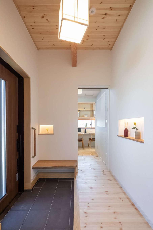 住まいるコーポレーション【収納力、自然素材、デザイン住宅】玄関横にはウォークスルーのキッズクロークがあり、子どもが帰宅後、荷物を置いて着替えをし、スタディコーナーに直行できる。壁は掲示物用のホワイトボード仕様