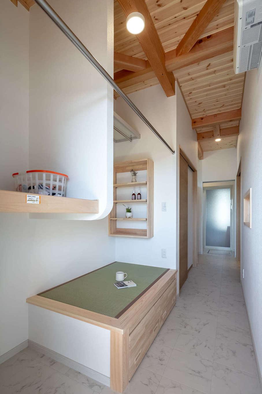 住まいるコーポレーション【収納力、自然素材、デザイン住宅】ランドリースペースに設けた小上がりの畳コーナーは、洗濯物をたたんだり、アイロンがけをしたりする以外に、奥さまが家事の合間にひと休みする場所としても活躍