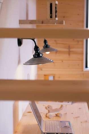 住まいるコーポレーション|スタディコーナーの照明はアイアンのストリップ階段を意識してコーディネート