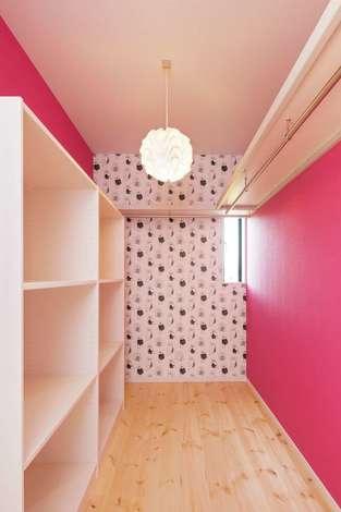住まいるコーポレーション|ウォークインクローゼットは奥さまの好きなピンクのクロスで北欧スタイルにコーディネート。「洋服選びがいっそう楽しくなりました」と奥さま