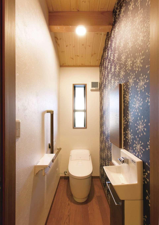 住まいるコーポレーション【デザイン住宅、自然素材、インテリア】トイレは北欧風のアクセントクロスでオシャレに演出