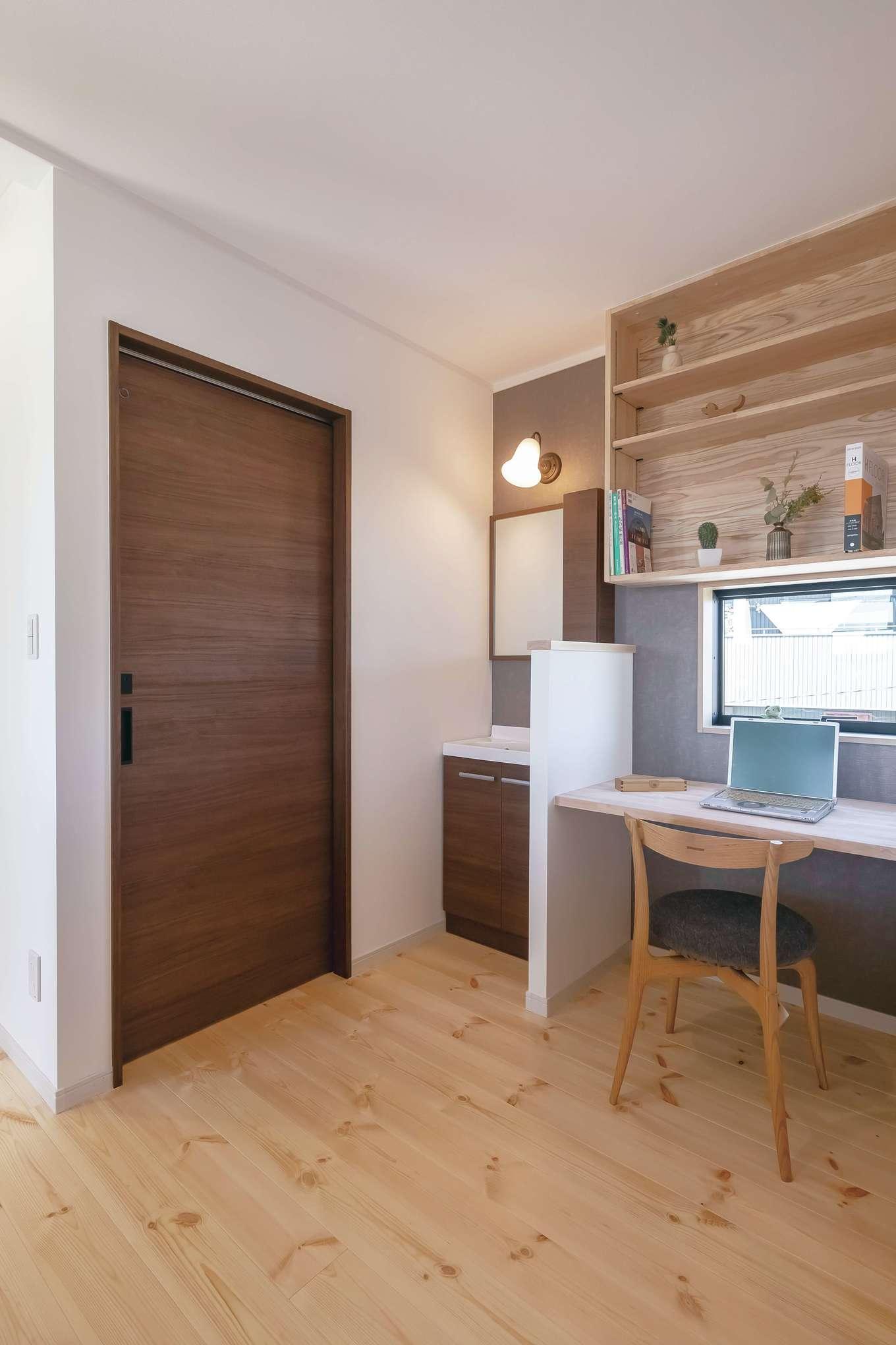 住まいるコーポレーション【収納力、自然素材、デザイン住宅】子どもの学習だけでなく、大人のパソコンスペースにも使える2階のスタディコーナー