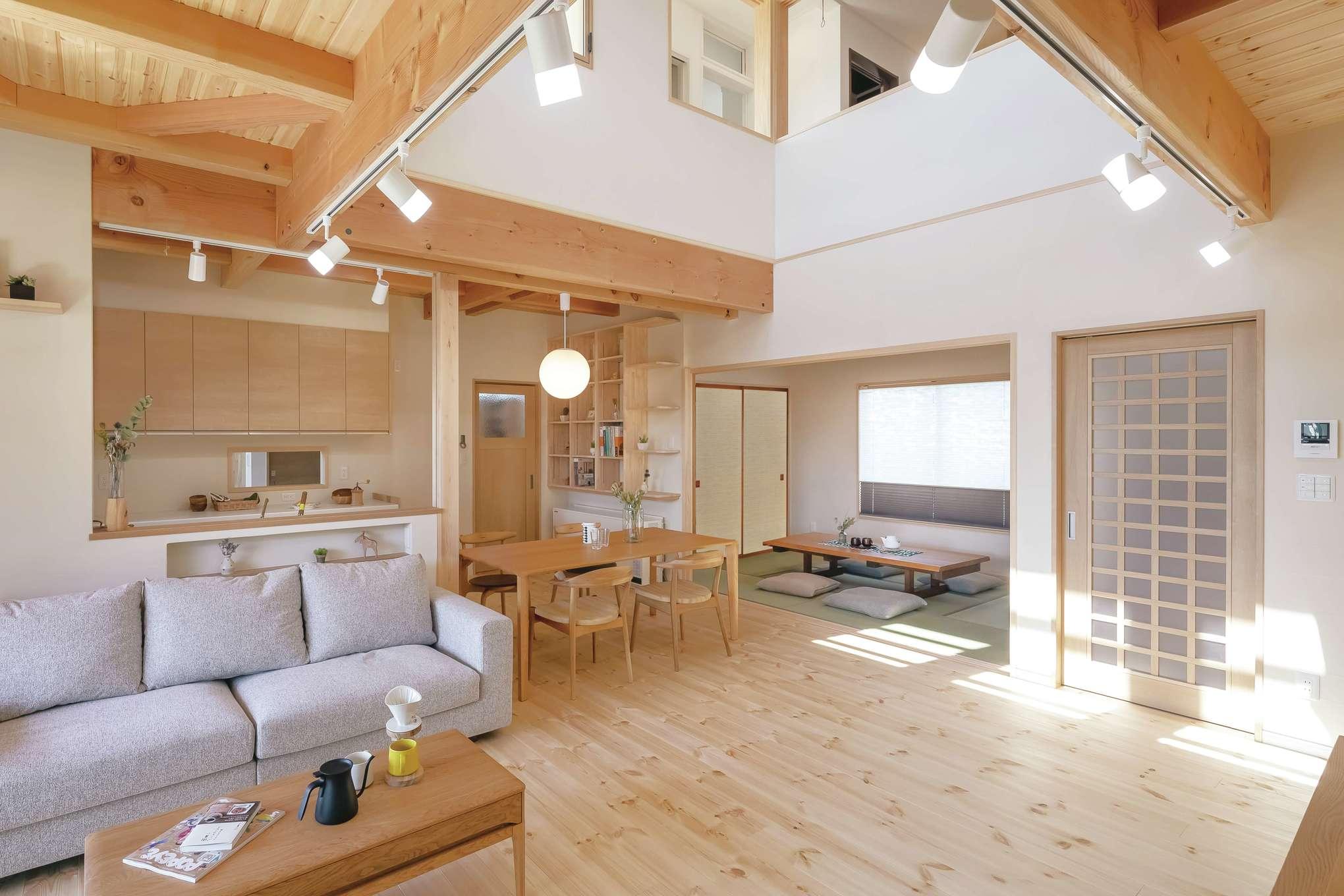 住まいるコーポレーション【収納力、自然素材、デザイン住宅】広々としたリビングとダイニングの奥には和室が続き、明るく和モダンな雰囲気に