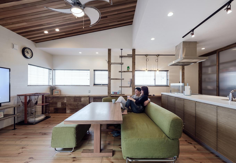 R+house藤枝(西遠建設)【デザイン住宅、建築家、インテリア】2階のLDK。床や造作家具はラフなスタイルでデザイン。愛猫と暮らすため、床材等には店舗等でよく使われる傷に強い素材をセレクト