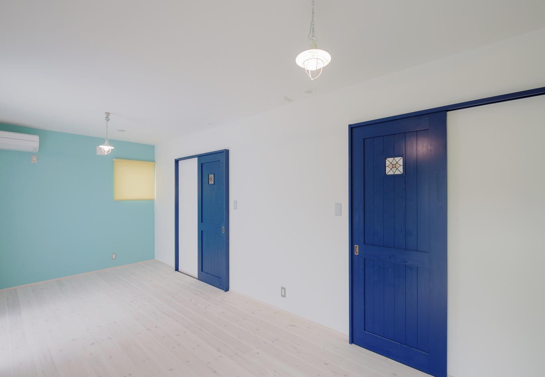 R+house藤枝(西遠建設)【デザイン住宅、建築家、インテリア】水色にペイントしたアクセントウォールがオシャレな子ども室。将来2部屋に仕切ることも可能