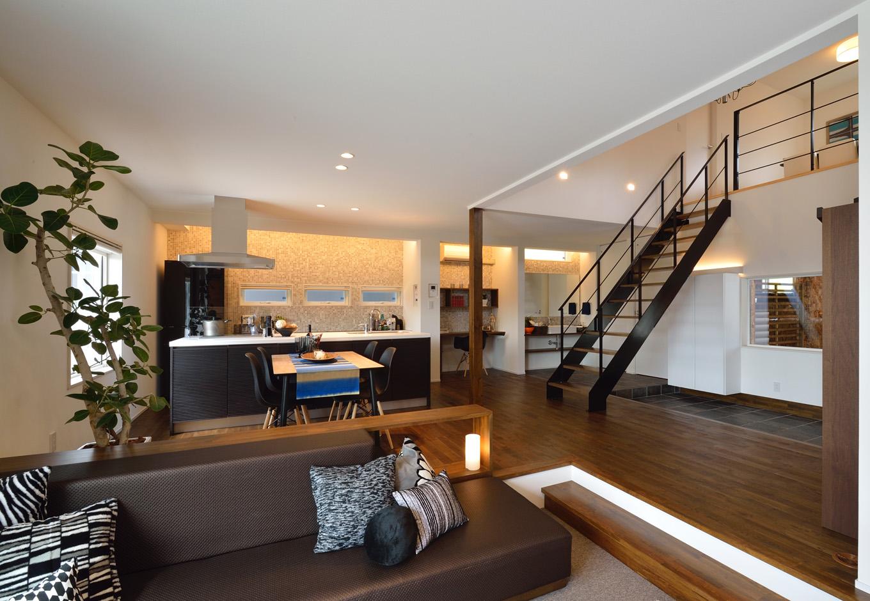 R+house藤枝(西遠建設)【デザイン住宅、建築家、インテリア】家族が集うステップダウンリビング。玄関からやや離れた位置にあり、来客があっても直接視線が合わないように配慮されている