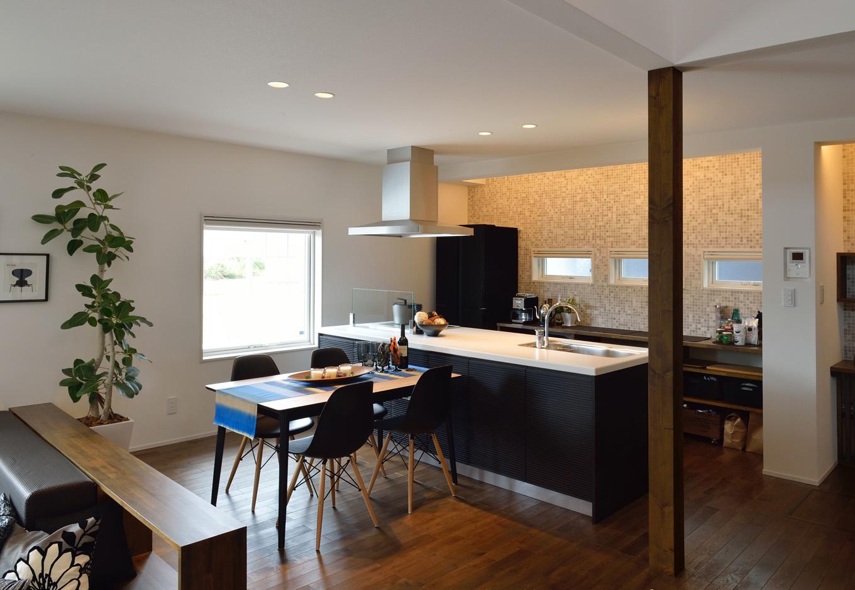 R+house藤枝(西遠建設)【デザイン住宅、建築家、インテリア】南側に面した明るいダイニングキッチン。ステップダウンリビングのウォルナットの壁とは対照的に、キッチンの壁面はタイル貼りにしてモダンなイメージを演出