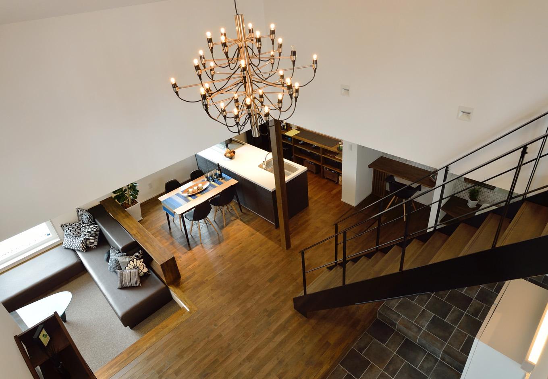 R+house藤枝(西遠建設)【デザイン住宅、建築家、インテリア】2階からLDKを眺める。間仕切りのないオープンな空間により、常に家族の気配を感じながら安心して暮らすことができる