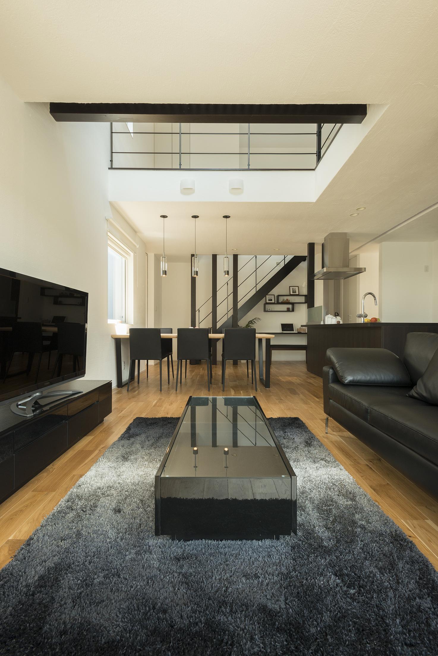 R+house藤枝(西遠建設)【デザイン住宅、建築家、インテリア】吹き抜けのLDK。1階からそよぐ風が2階へと吹き抜けていくのが心地よい