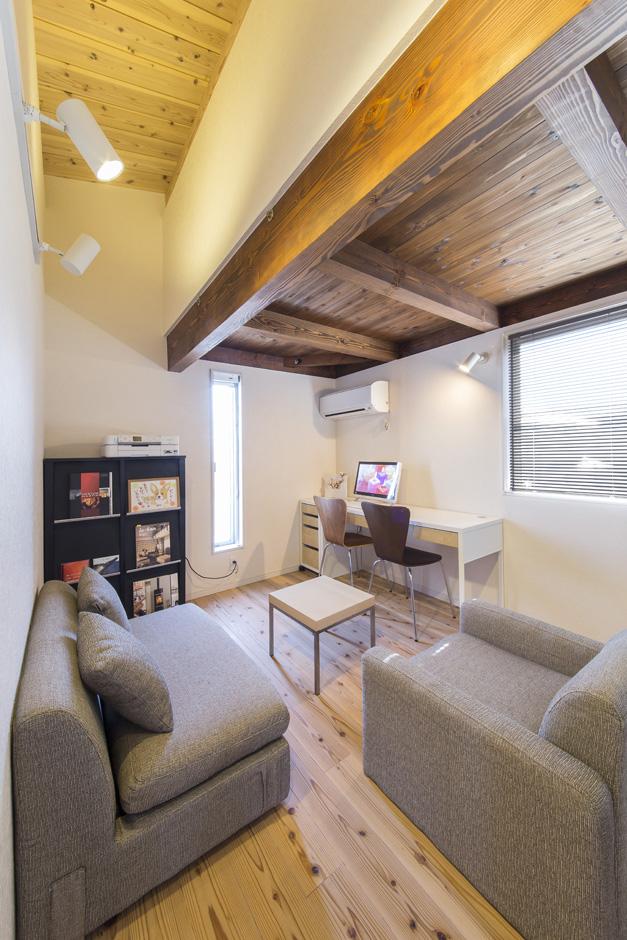 住たくeco工房【1000万円台、自然素材、ペット】2階の書斎コーナー。上部は多目的に使えそうな小屋裏収納
