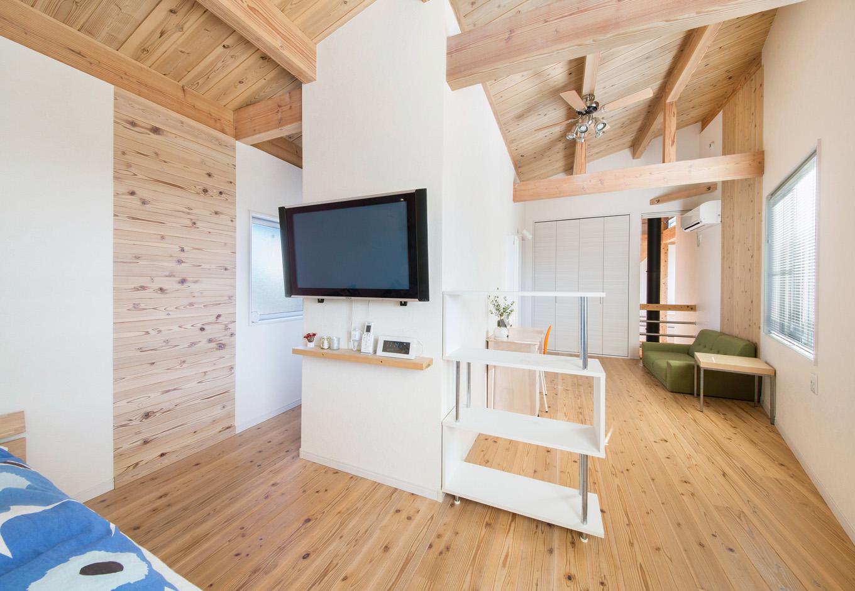住たくeco工房【1000万円台、自然素材、ペット】柔らかな光が届く2階の主寝室。家族構成やライフスタイルの変化に応じて、子ども部屋など、フレキシブルに間仕切りを変えることもできる