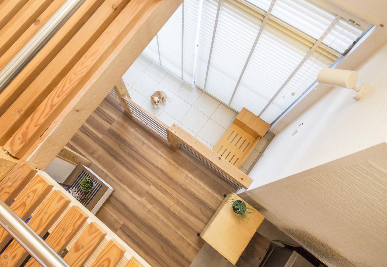 住たくeco工房【1000万円台、自然素材、ペット】2階吹抜けからリビングを臨む。家族がどこにいても、常に気配を感じ合える吹抜けのある空間づくりは『住たくeco工房』の得意技