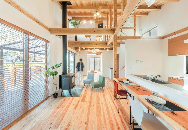 住たくeco工房【収納力、自然素材、間取り】キッチンから家族がどこにいても様子がわかるので、子育てママも安心して料理に集中することができる。天竜杉の床は冬でも素足になりたいほどあたたかい