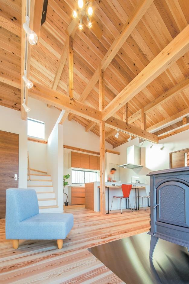 住たくeco工房【収納力、自然素材、間取り】勾配天井を採用したことで、より開放感が生まれた室内