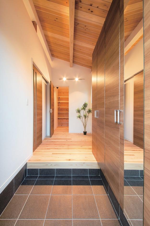 住たくeco工房【収納力、自然素材、間取り】収納たっぷりの玄関ホール。突き当たり正面は大容量の納戸