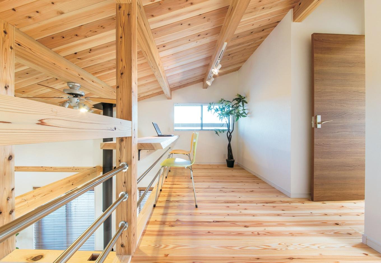 住たくeco工房【収納力、自然素材、間取り】片流れ屋根のデッドスペースを有効利用した1.5階のフリースペース。造作のPCカウンターから見える1階リビングの景色がご主人のお気に入り