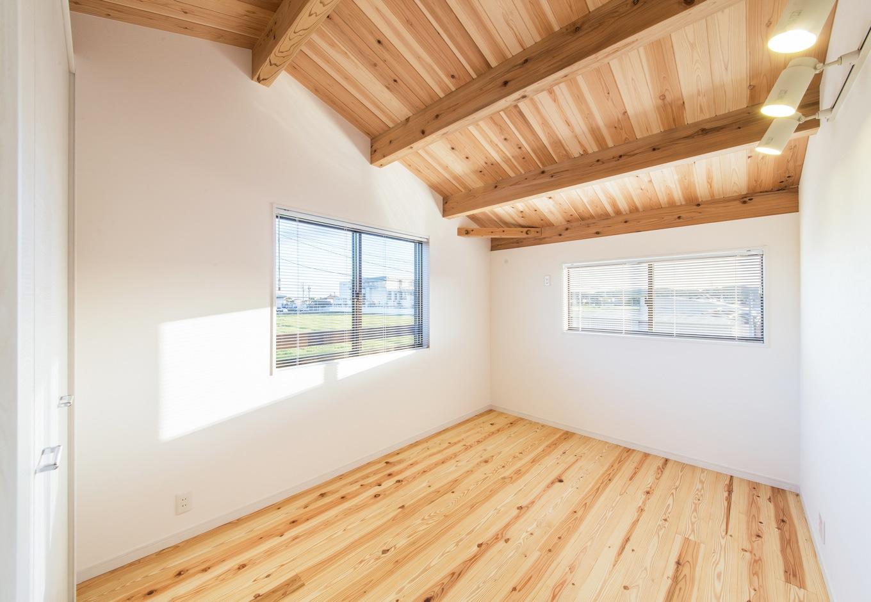 住たくeco工房【収納力、自然素材、間取り】1.5階にあるご主人の書斎。床も天井も天竜杉を贅沢に使い、癒しの空間を実現。天然の木ならではの効果で、この家に住むようになってからよく眠れるようになったという